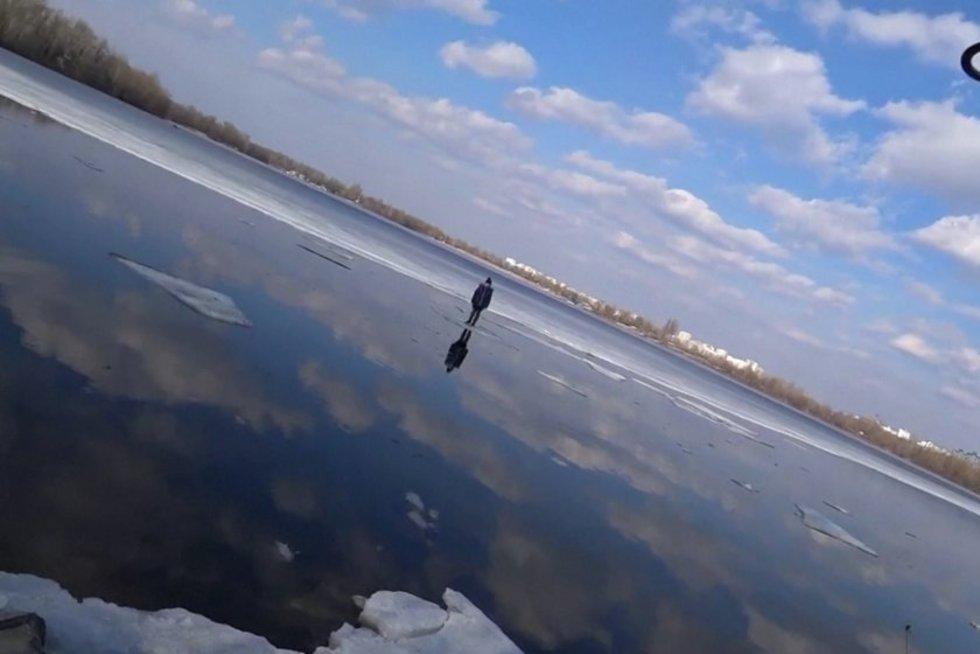 Sumani gelbėjimo operaciją: berniuką iš upės gelbėjo meškere (nuotr. stop kadras)