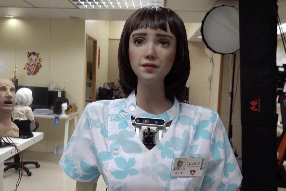 Lietuvą aplankiusi humanoidė Sofia turi seserį: lankys ligonius  (nuotr. stop kadras)