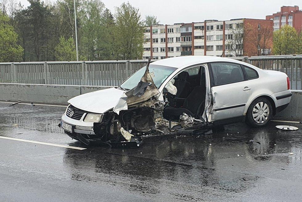 Sostinėje vairuotoja rėžėsi į atitvarus, 18-metė išvežta į ligoninę (nuotr. Broniaus Jablonsko)