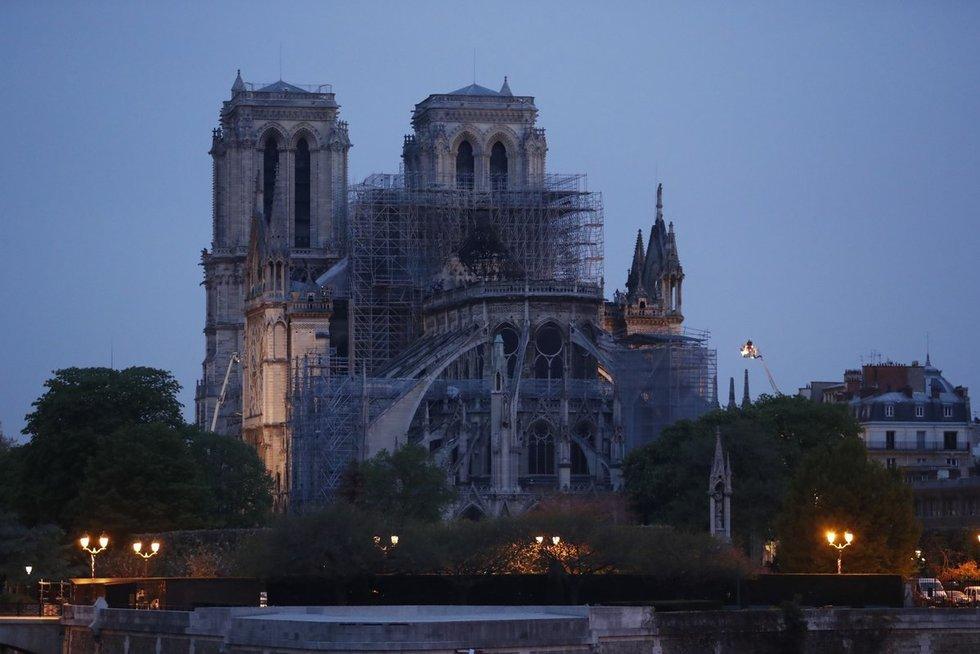 Paryžiuje Dievo Motinos katedros pagrindinę dalį pavyko apsaugoti (nuotr. SCANPIX)