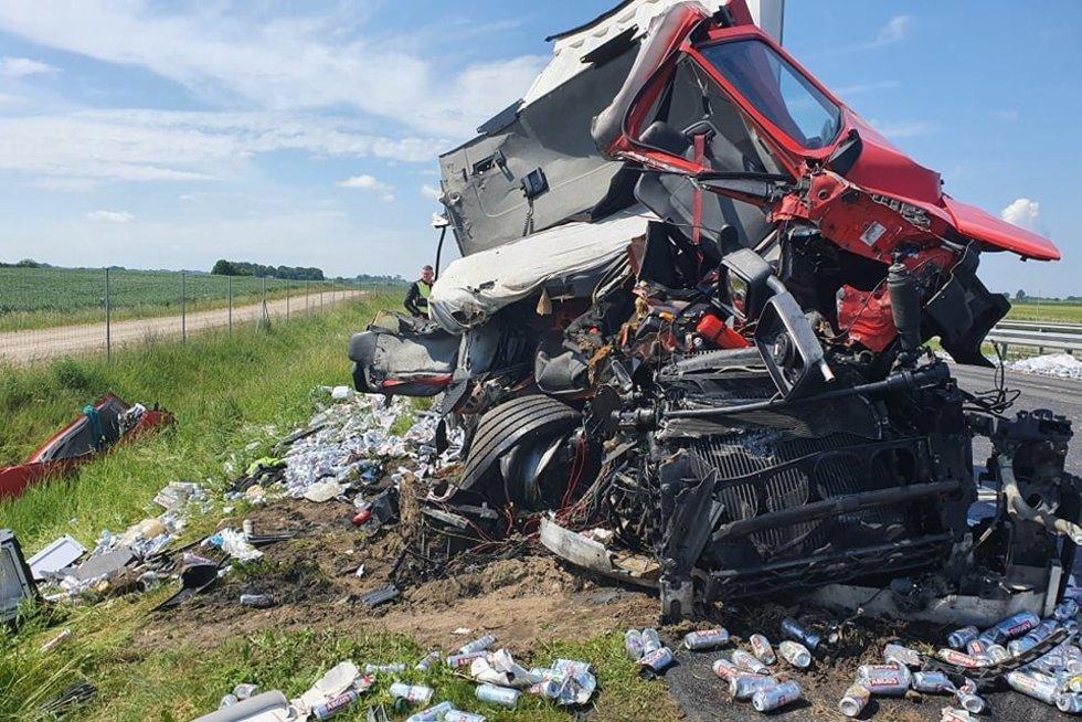 """Šiurpus vilkikų susidūrimas """"Via Baltica"""" kelyje: išsibarstė alaus buteliai, nukentėjo vairuotojas (nuotr. Vaidos Girčės)"""