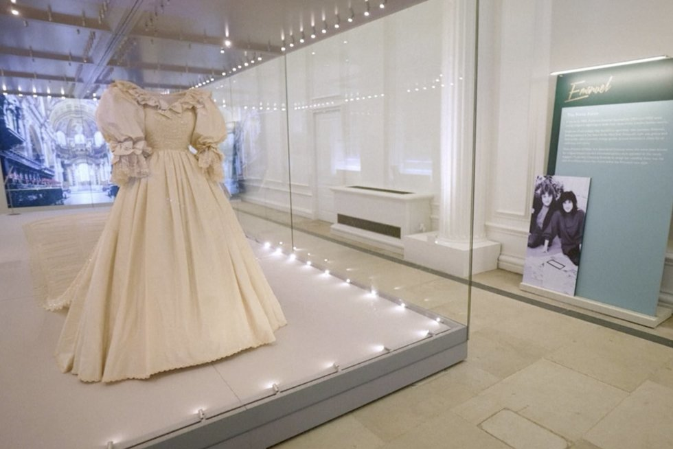 Pasidairykite po karališkąją spintą: iš arti galima pamatyti Princesės Dianos vestuvinę suknelę (nuotr. stop kadras)