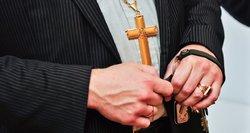 Nieko švento: sukčiai kiša rankas net į kunigų kišenes