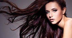 9 priežastys, dėl ko gali slinkti plaukai