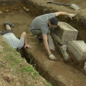 Prie santuokų rūmų atkasė liuteronų kapavietes: dar sovietai jas sulygino su žeme