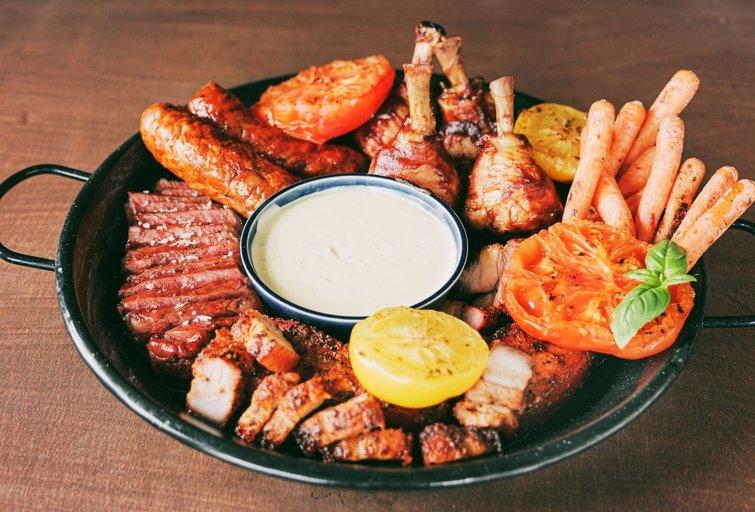 Grilio sezonas grįžta: patarė, kaip greitai paruošti mėsą su ypatingu padažu (nuotr. Organizatorių)