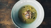 Šalta rūgštynių sriuba su rūkytos vištienos šlaunelių mėsa. ( nuotr. autorių)