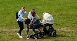 Moterys guodžiasi dėl darbo: jei esi su vaikais, per darbo pokalbį skubama atsisveikinti