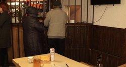 Alkoholizmo siaubas Lietuvoje: vyras alubaryje gėrė tol, kol numirė tiesiog prie stalo