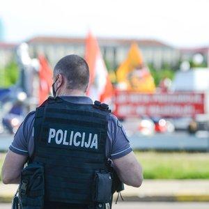 Policijos sujudimas prie Vyriausybės: sulaikė asmenį, galimai išniekinusį Lietuvos vėliavą