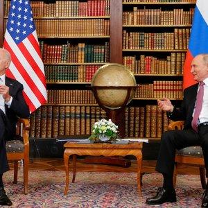 """Įvyko Bideno ir Putino susitikimas: pabrėžė """"raudonas linijas"""", dėmesį skyrė žmogaus teisių, kalinių apsikeitimo klausimams"""