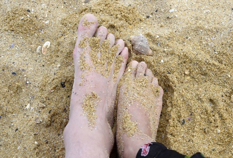 Smėlis ant kojų (nuotr. 123rf.com)