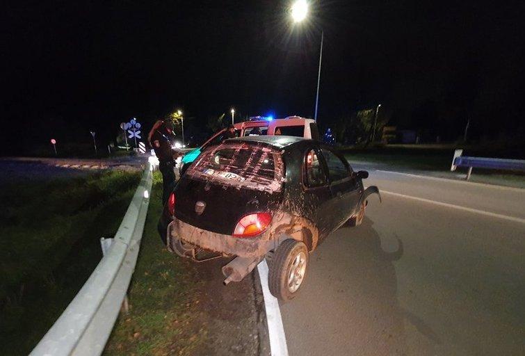 Salininkų pervažoje buvo užstrigęs ant bėgių automobilis (nuotr. Broniaus Jablonsko)
