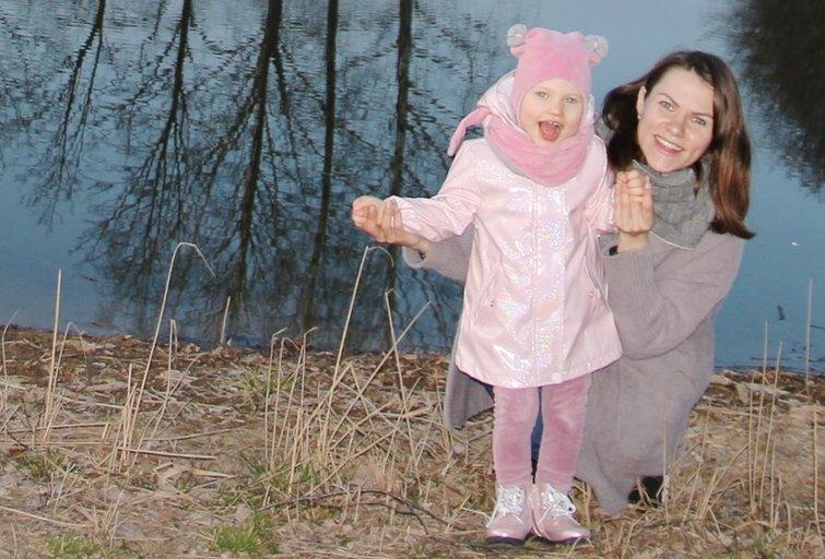 Agnė Krylavičiūtė džiaugiasi minutėmis, praleistomis su savo dukra Eiva, kuriai nustatytas Algelmano sindromas. Asmeninio archyvo nuotr.