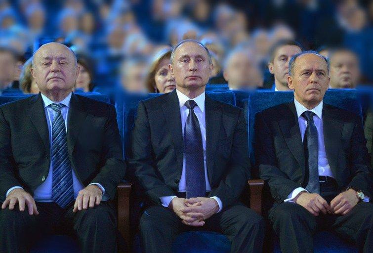 Michailas Fradkovas Užsienio žvalgybos tarnybos direktorius; dešinėje Aleksandras Bortnikovas Federalinė saugumo tarnybos vadas. V. Putinas – per vidurį. (nuotr. SCANPIX) tv3.lt fotomontažas