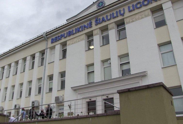 Artimieji ir kolegos atsisveikina su Šiaulių respublikinės ligoninės medike (nuotr. stop kadras)