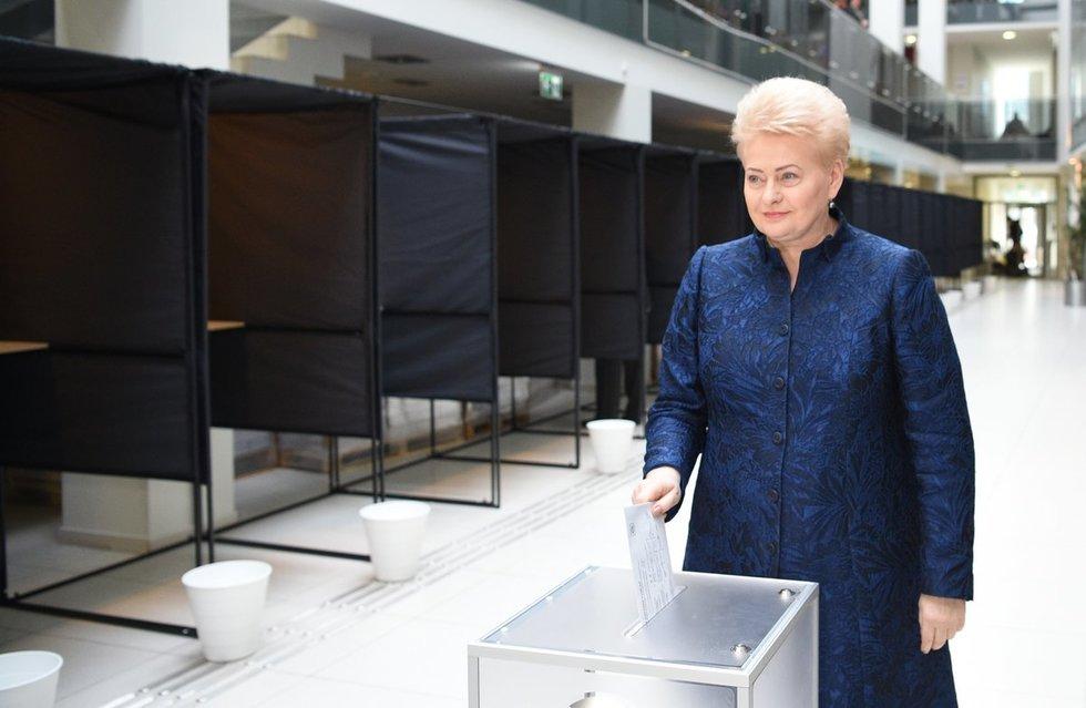 Dalia Grybauskaitė balsuoja (nuotr. fotodiena/Justino Auškelio)