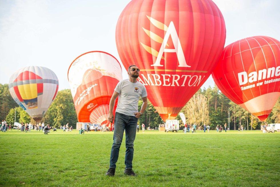 Pirmą kartą Tomas pakilo oro balionu, kai jam buvo 18 metų