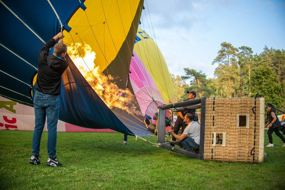 Tam, kad balionas pakiltų, reikalinga ant žemės dirbančios komandos pagalba