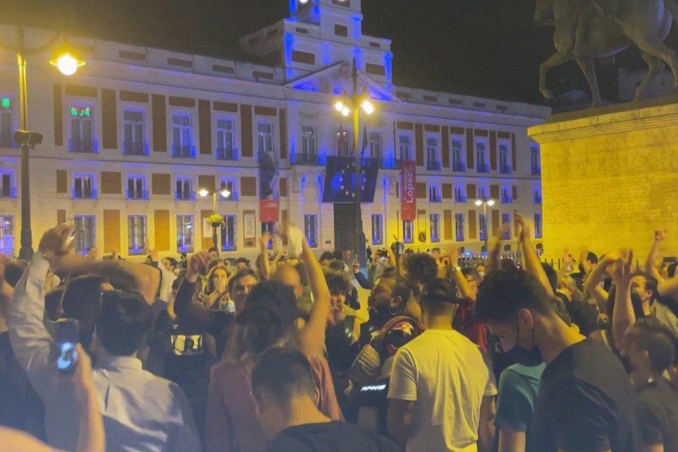 TV3 Žinios. Ispanai švenčia su trenksmu: panaikinu ribojimus didžiuosiuose miestuose šėlo iki ryto (nuotr. stop kadras)
