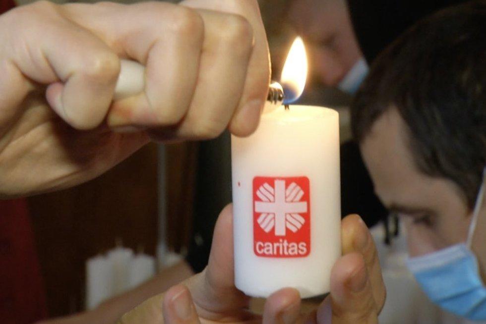 Caritas ragina Vėlines pasitikti kitaip – tausoti gamtą ir papuošti kapus originaliai (nuotr. stop kadras)