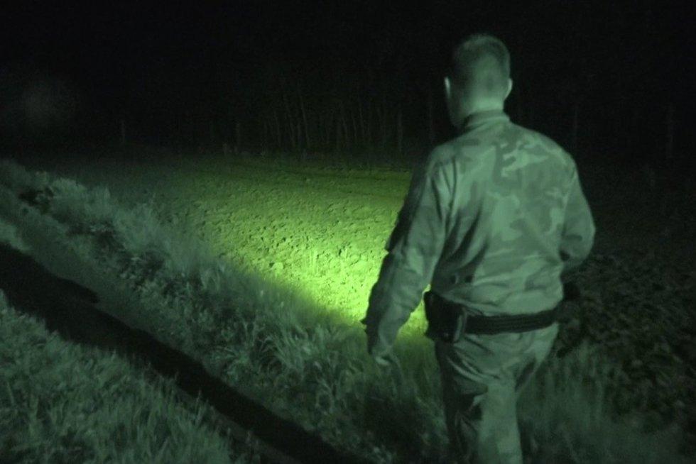 Kaip atrodo naktinis patruliavimas Baltarusijos pasienyje: pareigūnai ruošiasi tylai prieš audrą (nuotr. stop kadras)