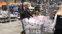 Parduotuvėse vežimėliais bando išvežti dezinfekcinį skystį. ( nuotr. autorių)
