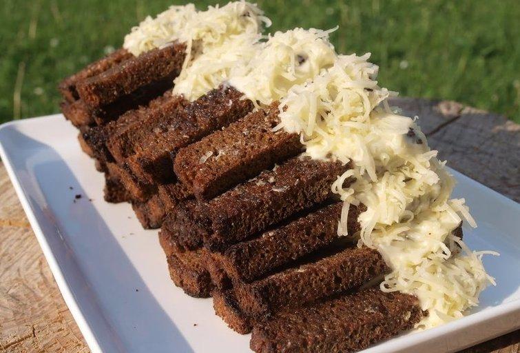 Kepta duona su sūriu (Nuotr. Baltoje lekštėje)