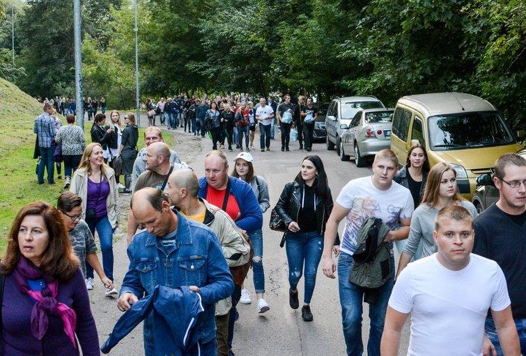 Žmonių minios renkasi į SEL grupės koncertą Kalnų parke (nuotr. Fotodiena.lt)