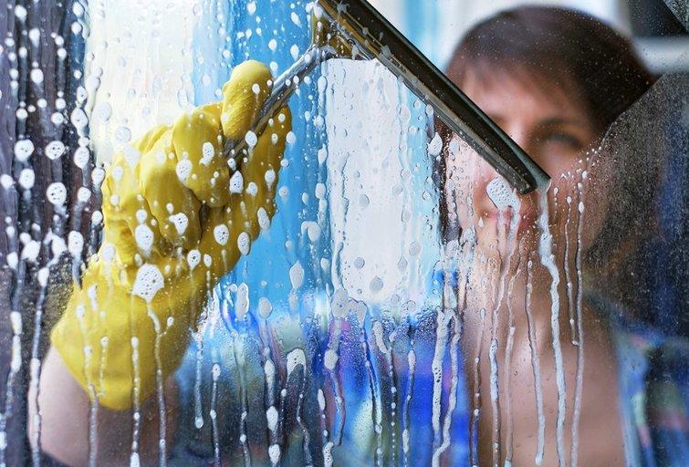 Langų valymas (nuotr. Shutterstock.com)