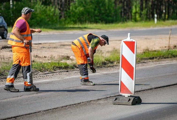 Kelininkai įspėja dėl asfalto būklės (Sauliaus Žiūros nuotr.)