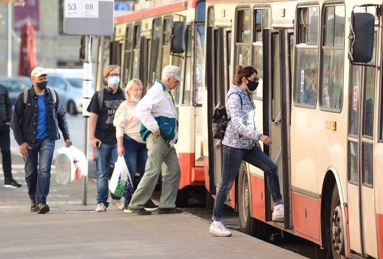 Žmonės lipa į troleibusą (nuotr. Fotodiena/Justino Auškelio)
