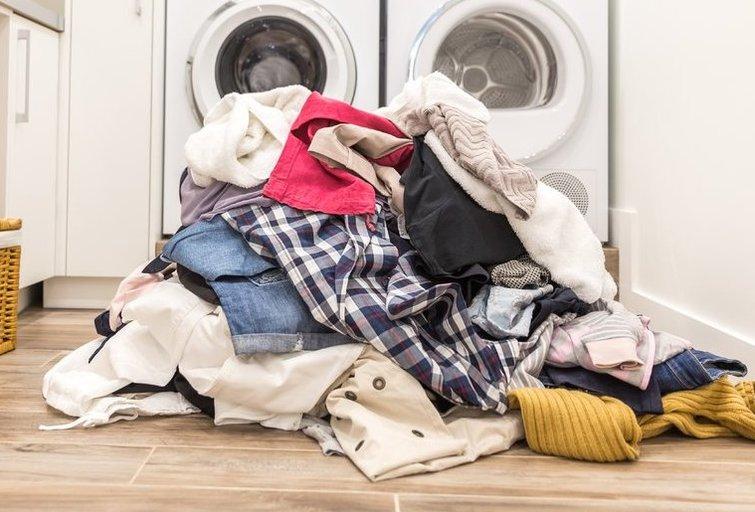 Drabužiai prieš skalbimą  (nuotr. Shutterstock.com)