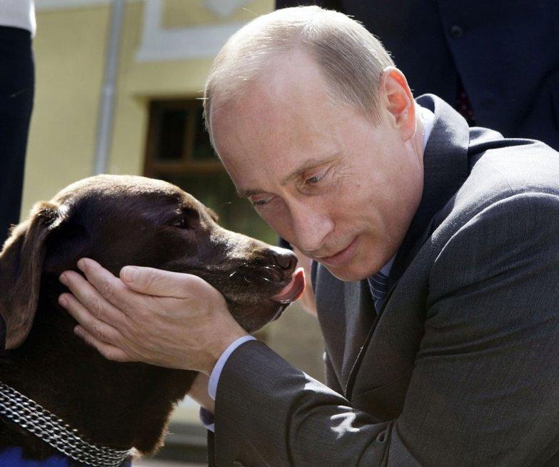 V. Putino ir A. Merkel priešprieša: istorija su šunimi yra tik išraiškingas pavyzdys (nuotr. SCANPIX)