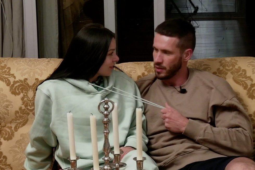 """Projekte """"Meilė be sienų"""" – aistringa akimirka tarp Ričardo ir Alos: """"tu – šuo, o aš lyg šeimininkas"""" (nuotr. stop kadras)"""