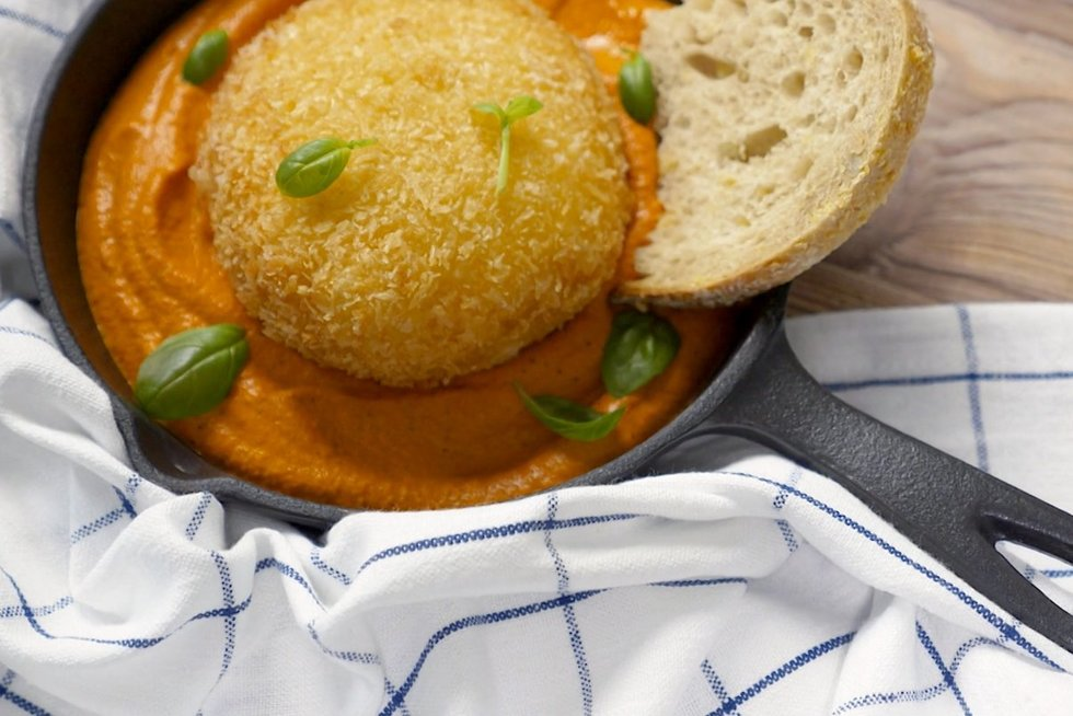 Traški kepta burata su sodriu paprikų padažu (nuotr. stop kadras)