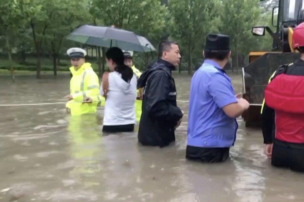 Kiniją siaubia potvyniai: vien metro stotyje žuvo 12 žmonių (nuotr. stop kadras)