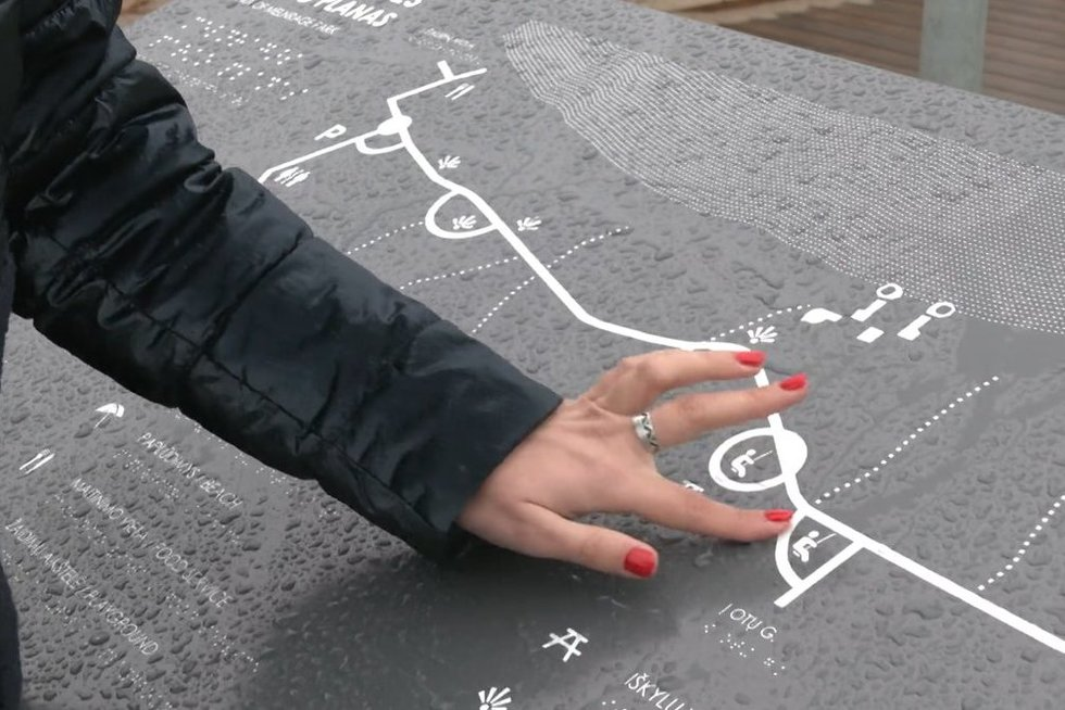 Klaipėdoje įrengti specialūs stendai Brailio raštu, bet neregiai pažėrė kritikos (nuotr. stop kadras)