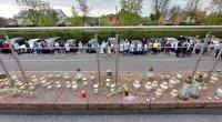 Šiauliuose uždegtos žvakutės mirusiai medikei (nuotr. TV3/Egidijus Anglickis)