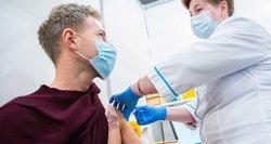 Neslepia apmaudo: vakcinas utilizuoja, bet persirgusiems COVID-19 skiepytis anksčiau neleidžia