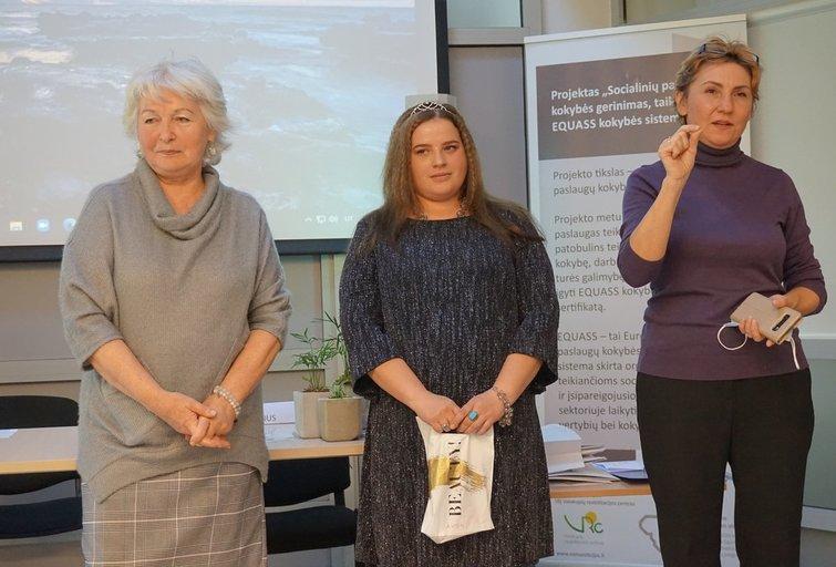 Asta (viduryje) sako, kad pagalbos priimant sprendimus socialiniai darbuotojai jai atstoja šeimą, kurios niekada neturėjo. Aurelijos Babinskienės nuotr.