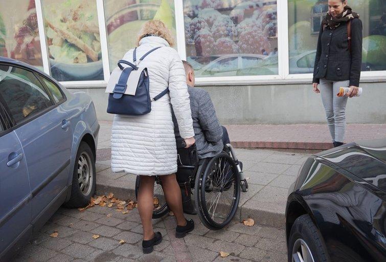 TPNC surengto seminaro dalyviai gavo užduotį palydėti žmogų neįgaliojo vežimėlyje į parduotuvę. Aurelijos Babinskienės nuotr.