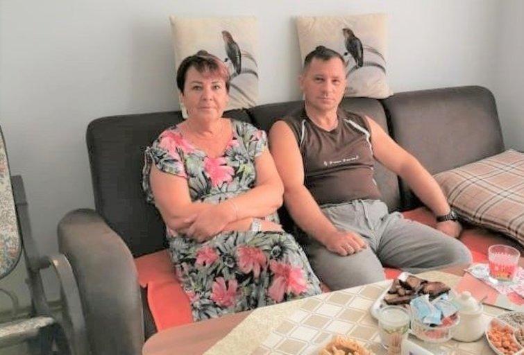 Birutė ir Ramūnas Kairiai džiaugiasi iš institucijos persikėlę į apsaugotą būstą. (nuotr. asm. archyvo)