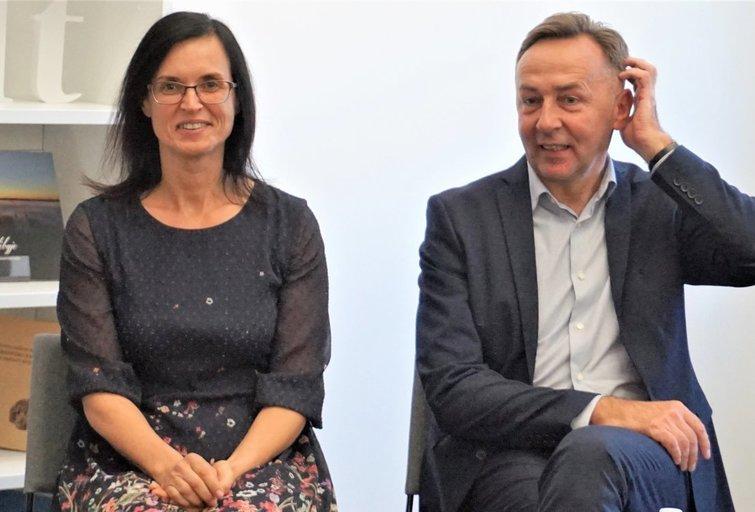 Dovilų pagrindinės mokyklos specialioji pedagogė Svaja Venckienė ir direktorius Arūnas Grimalis.  Aurelijos Babinskienės nuotr.