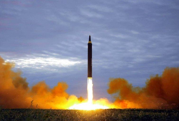 Kas būtų, jeigu Šiaurės Korėjos raketa būtų pataikiusi į Japoniją? (nuotr. SCANPIX)
