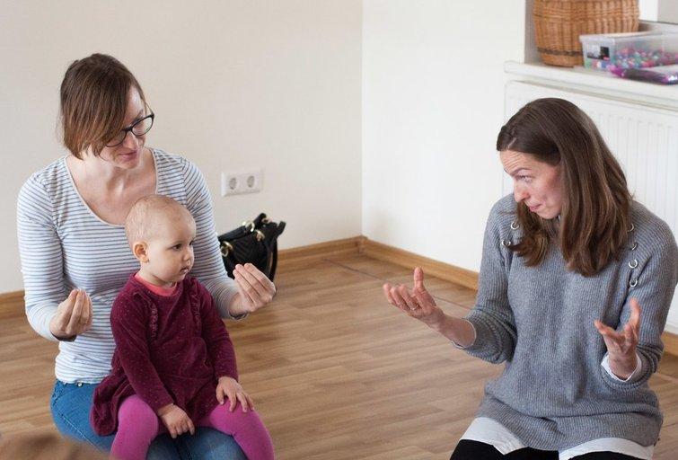 Kūdikių gestų užsiėmimą veda ankstyvojo ugdymo pedagogė, kūdikių gestų kalbos specialistė Gintautė Sinkevičienė (dešinėje). Danutės Junevičienės nuotr.