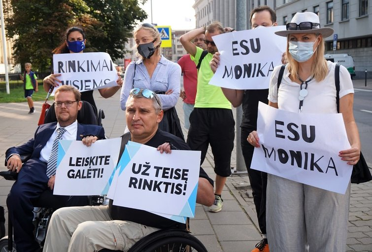 Prie Vyriausiosios rinkimų komisijos surengto piketo dalyviai reikalavo lygių galimybių visiems. Aldonos Milieškienės nuotr.