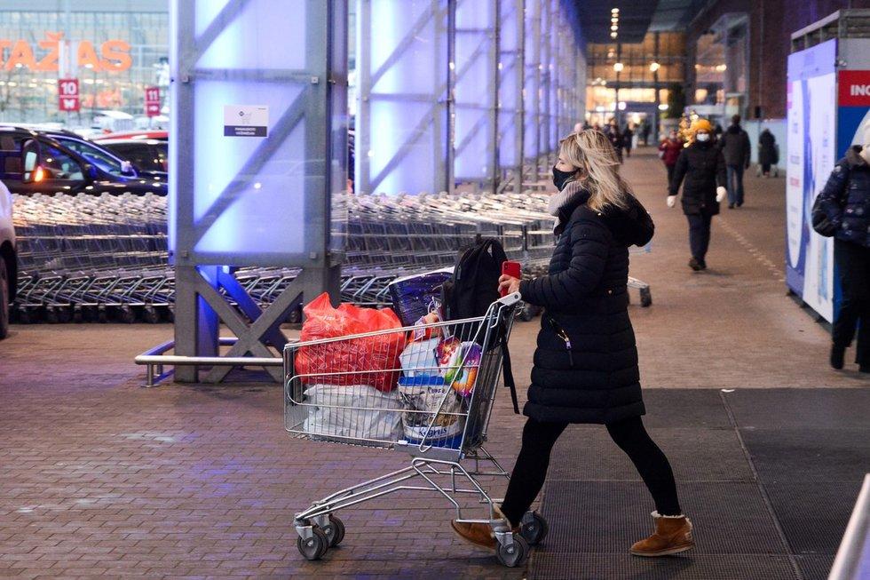 Pirkėjai užplūdo prekybos centrus