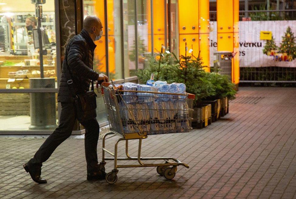 Latvius piktina prekybos draudimai: be šakutės išgyvensiu, bet be apatinių – ne