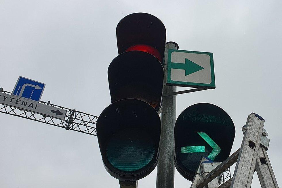 Kaunas švaisto pinigus? Modernius šviesoforus keičia žaliomis rodyklėmis (nuotr. skaitytojo)
